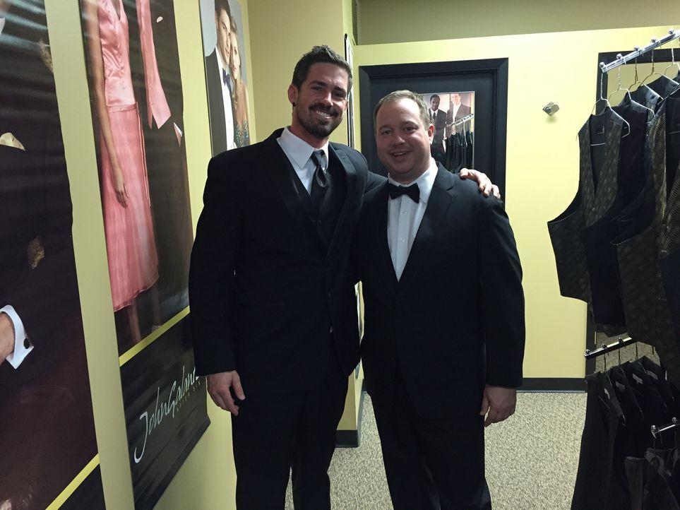 Ricky (l.) und Chris (r.) wagen sich in den Shopping-Kampf, denn schon bald werden sie einen guten Anzug brauchen ...