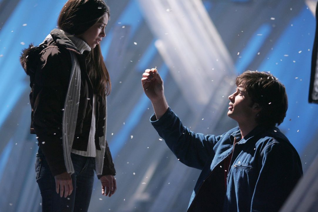 Ohne sein Geheimnis zu offenbaren, ist ein Antrag nicht denkbar: Clark (Tom Welling, r.) gesteht Lana (Kristin Kreuk, l.) seine Kräfte ... - Bildquelle: Warner Bros.