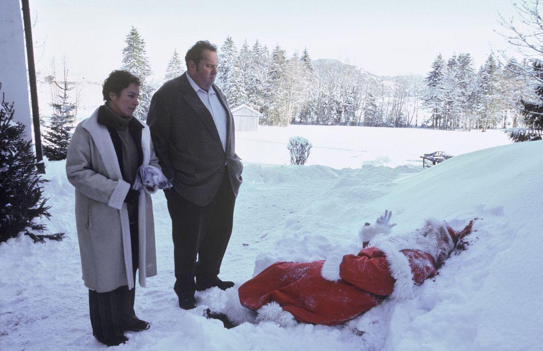 Am Morgen nach der Kindesentführung wird ein toter Weihnachtsmann vor der Kapelle am Kalvarienberg gefunden. Das Opfer ist Valentin Obermaier (Flori... - Bildquelle: Magdalena Mate Sat.1