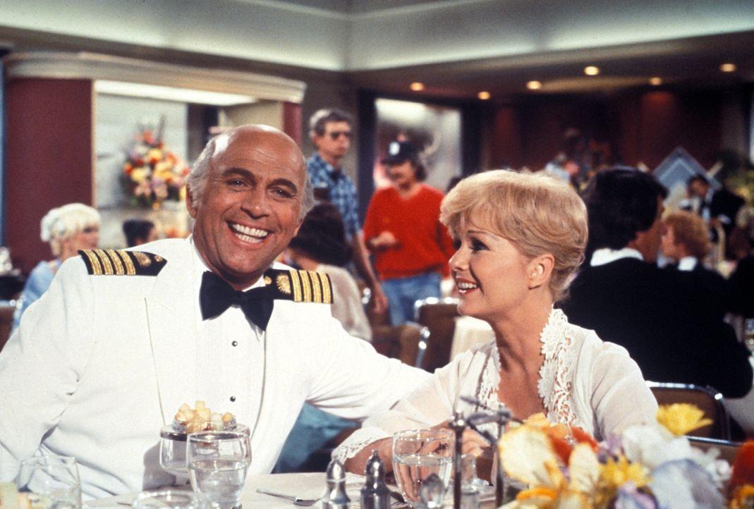 (4. Staffel) - Für die Gäste, wie auch die Besatzung um Kapitän Merill Stubing (Gavin MacLeod, l.), ist der Aufenthalt auf der Pacific Princess imme... - Bildquelle: CBS Studios Inc. All Rights Reserved.