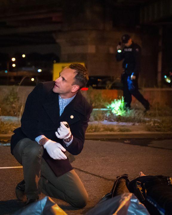 Noch tappt das Team um Holmes (Jonny Lee Miller) bei den Ermittlungen in einem neuen Fall im Dunkeln ... - Bildquelle: Jeff Neumann CBS Television