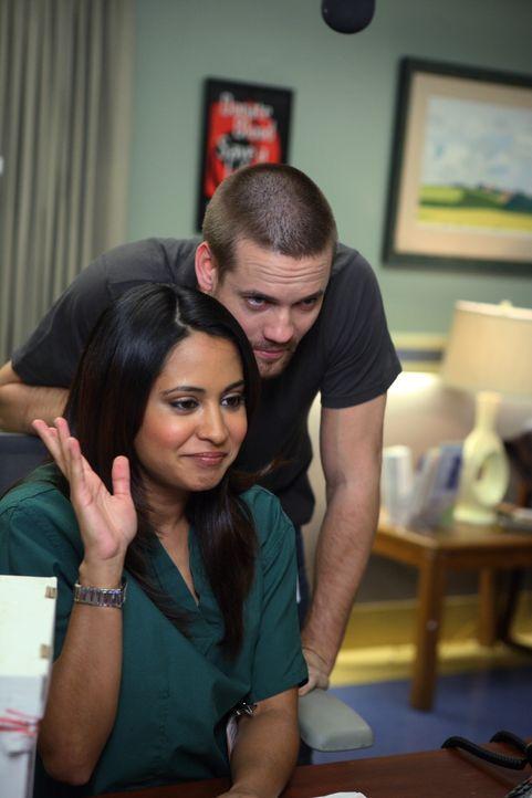 Gemeinsam sind sie ein starkes Team: Neela (Parminder Nagra, vorne) und Ray (Shane West, hinten) melden sich per Webcam bei ihren ehemaligen Kollege... - Bildquelle: Warner Bros. Television