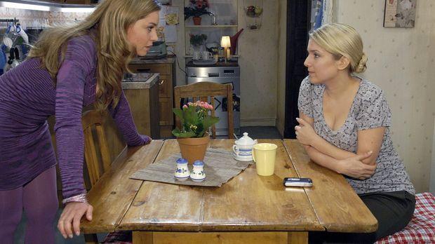 Katja (Karolina Lodyga, l.) gibt Anna (Jeanette Biedermann, r.) die Schuld, d...