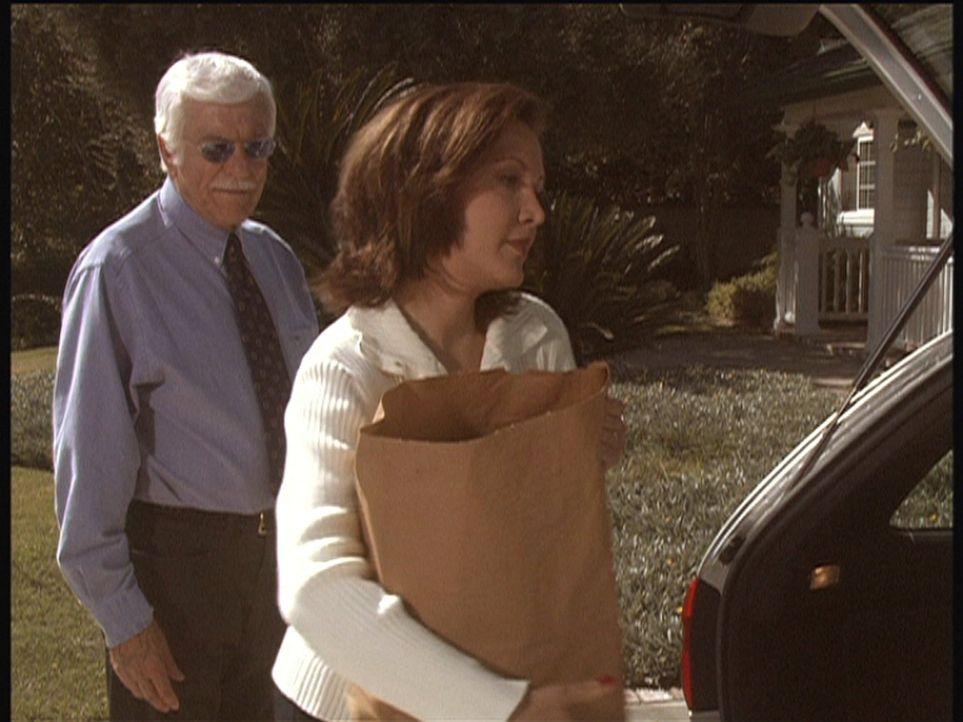 Sophie will in ihrer Trauer allein gelassen werden und lehnt Marks (Dick Van Dyke, l.) Angebot, ihr zu helfen, ab. - Bildquelle: Viacom
