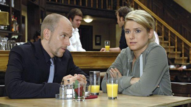 Gerrit (Lars Löllmann, l.) stellt Anna (Jeanette Biedermann, r.) vor eine Ent...