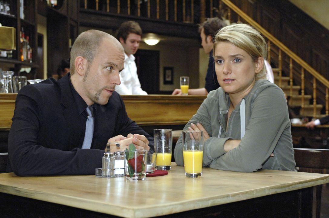 Gerrit (Lars Löllmann, l.) stellt Anna (Jeanette Biedermann, r.) vor eine Entscheidung. - Bildquelle: Oliver Ziebe Sat.1