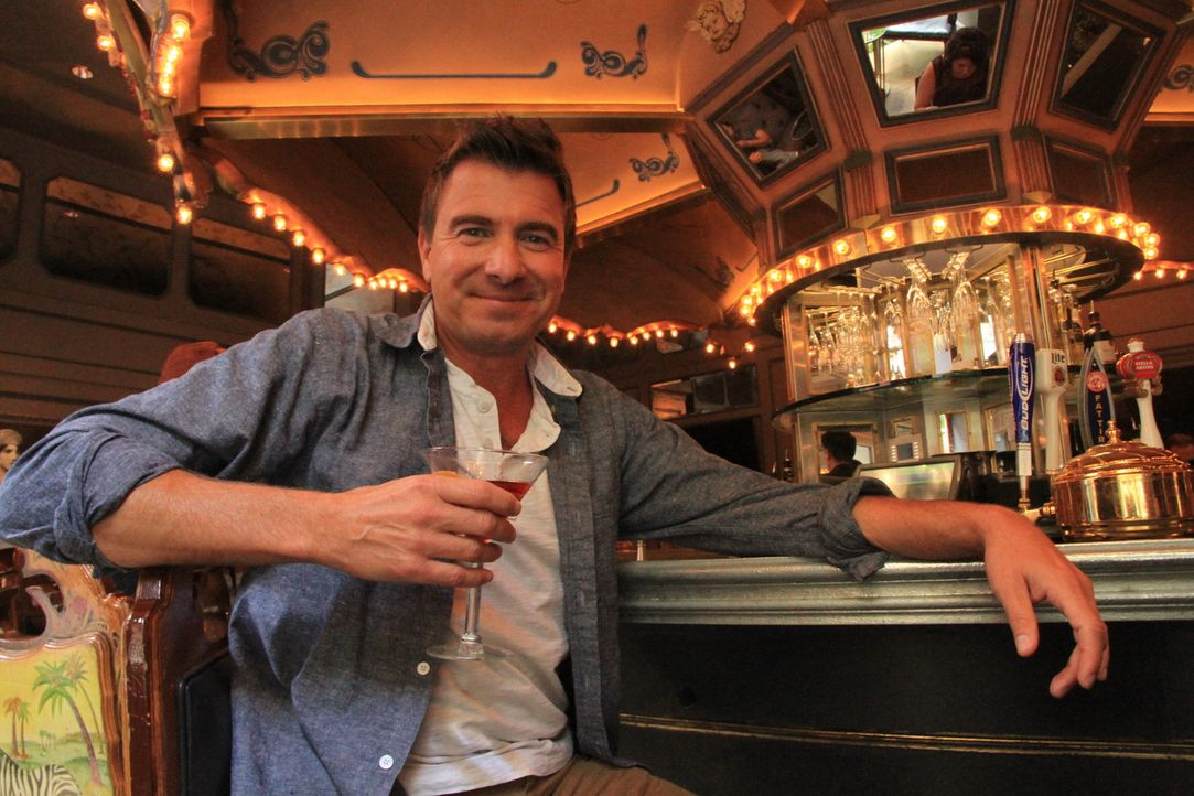 "Im Himmel ist Jahrmarkt: Jack Maxwell nimmt die Redewendung wörtlich und genießt einen ""Vieux Carre"" an der Karussell-Bar im Hotel Monteleone - die... - Bildquelle: 2014, The Travel Channel, L.L.C. All Rights Reserved."