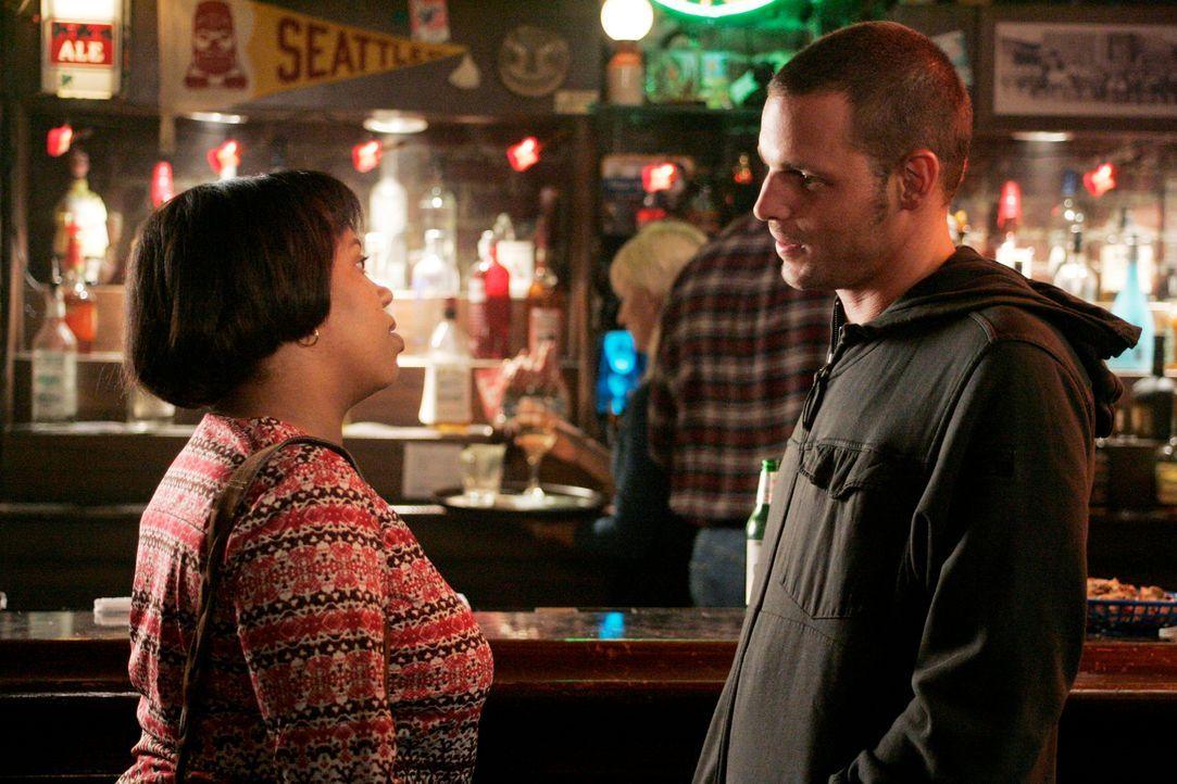 Alex (Justin Chambers, r.) bittet Bailey (Chandra Wilson, l.) mit Izzie zu sprechen, denn er macht sich Sorgen um sie ... - Bildquelle: Touchstone Television