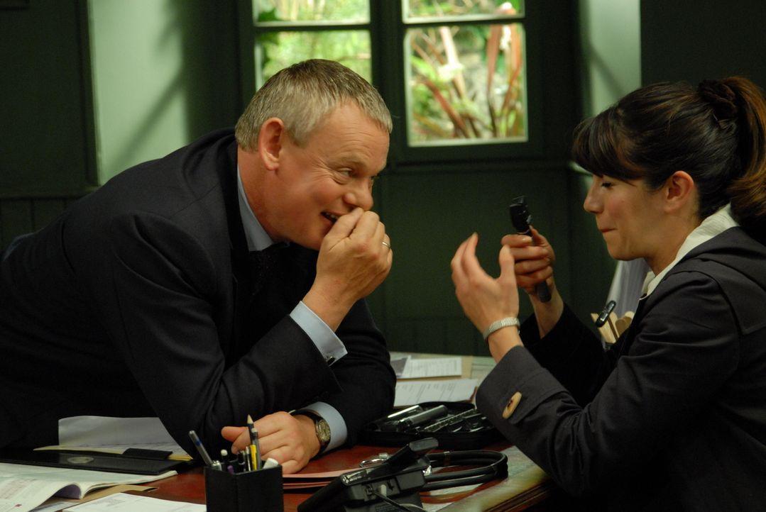 Beinahe zu spät erkennt Doc Martin (Martin Clunes, l.), was ihm wirklich wichtig ist: Louisa (Caroline Catz, r.) und der kleine James Henry ... - Bildquelle: BUFFALO PICTURES/ITV