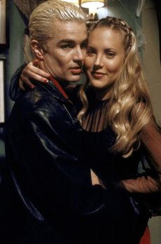 Buffy - Spike (James Marsters, l.) und seine neue Freundin Harmony (Mercedes...
