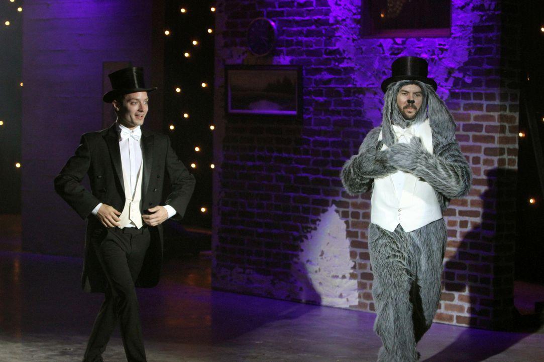 Wilfred (Jason Gann, r.) trainiert mit Ryan (Elijah Wood, l.) fleißig das Tanzen. Er möchte unbedingt den Hundetanzwettbewerb am Wochenende gewinnen... - Bildquelle: 2011 FX Networks, LLC. All rights reserved.