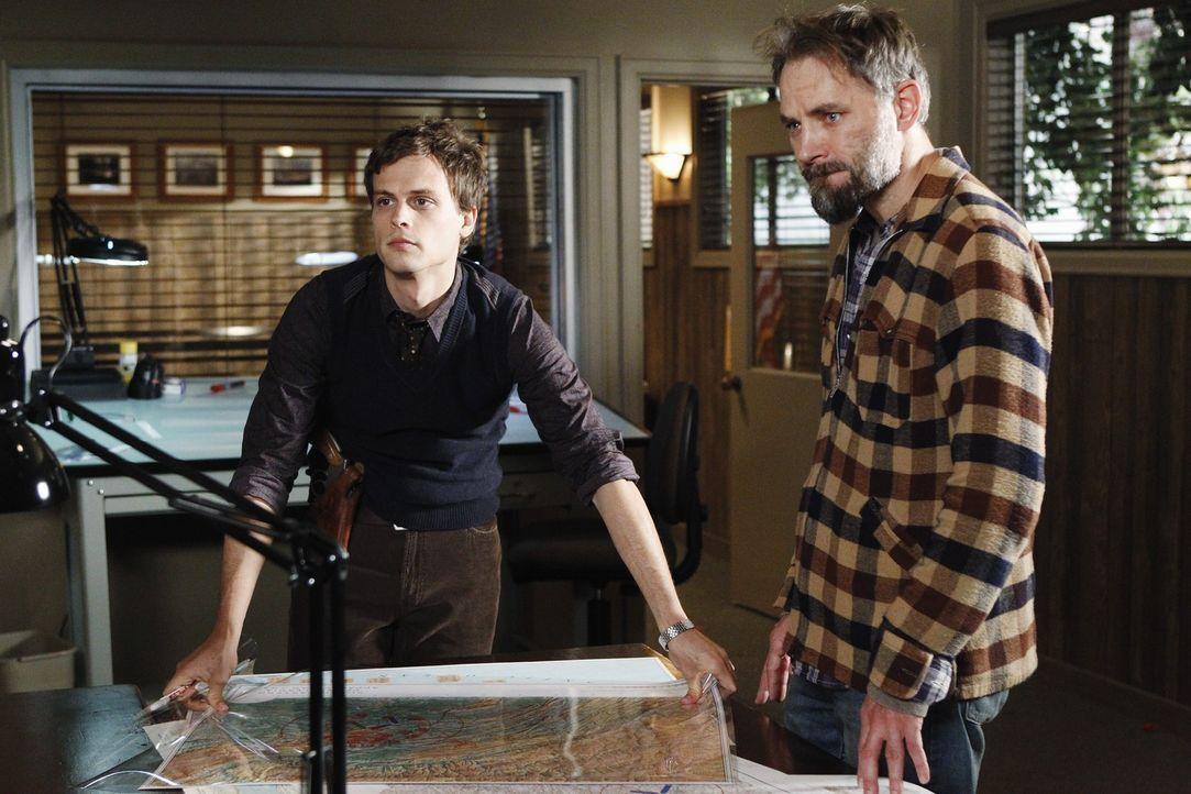 Das BAU-Team um Reid (Matthew Gray Gubler, r.) ist auf der Suche nach dem Mörder von Joseph Lanhams (David Meunier, l.) Sohn, der tot aufgefunden wu... - Bildquelle: ABC Studios
