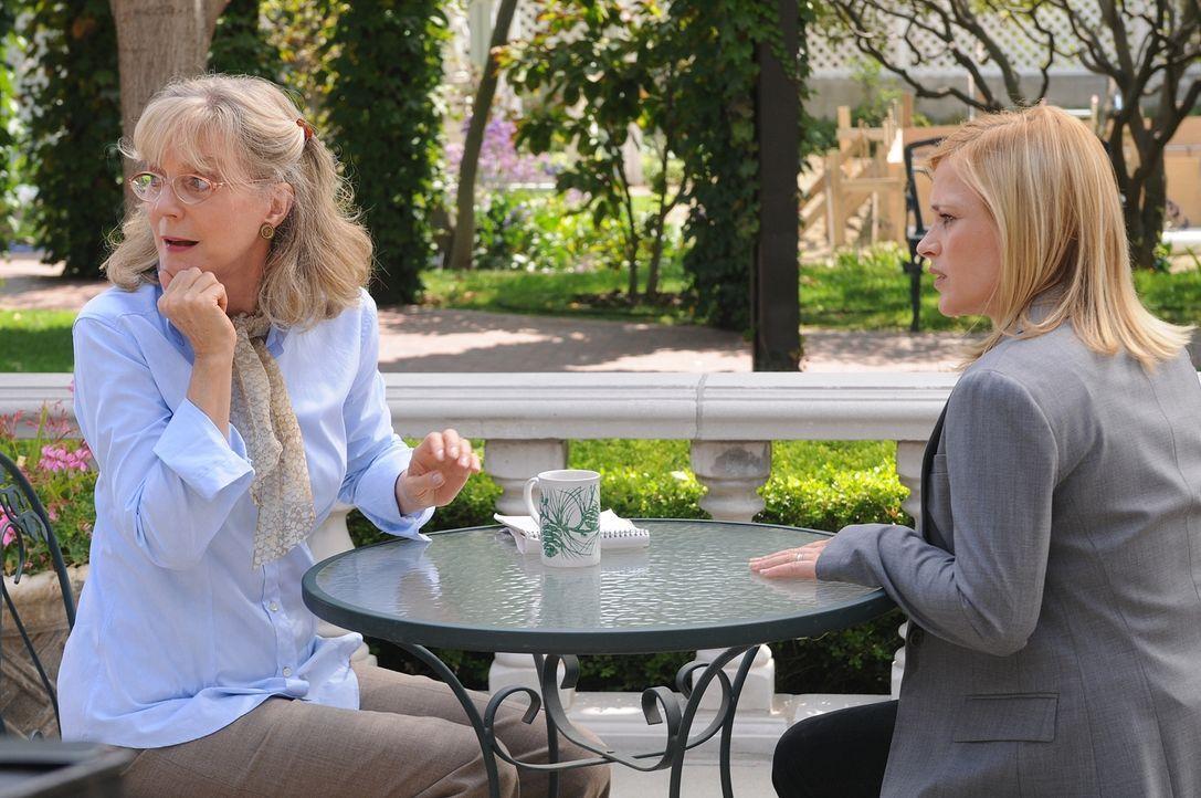 Weiß Louise Leamings (Blythe Danner, l.) mehr über das Verschwinden ihrer Tochter als sie zugibt? Allison (Patricia Arquette, r.) hegt langsam aber... - Bildquelle: Paramount Network Television