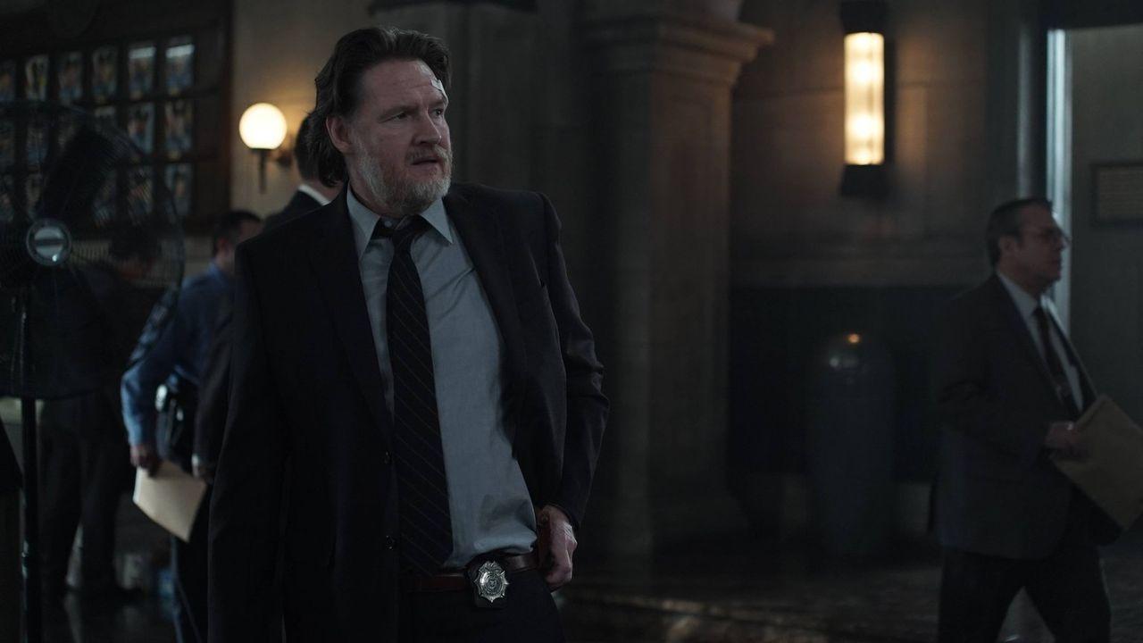 Barbara möchte Gordon töten. Bullock (Donal Logue) versucht alles, um seinen Kollegen zu retten. Doch wird er es rechtzeitig schaffen? - Bildquelle: Warner Brothers