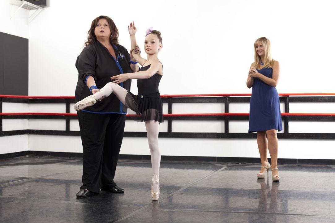 Dance Mom Melissa (r.) weiß ganz genau, was sie von ihrer Tochter Maddie (M.) und auch von Abby (l.) erwartet ... - Bildquelle: Scott Gries 2012 A+E Networks