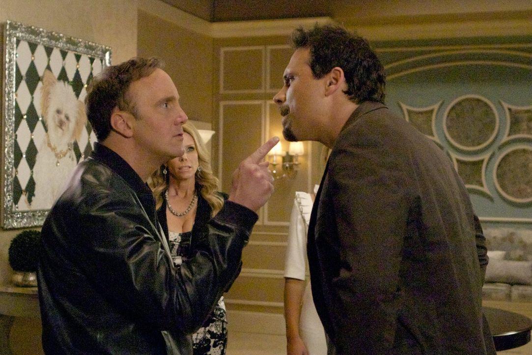 Der Plan von Kaitlin ist aufgegangen. Endlich kreuzt ihr Vater Steven (Jay Mohr, l.) wieder zu Hause auf. George (Jeremy Sisto, r.), mit dem sie eig... - Bildquelle: Warner Brothers