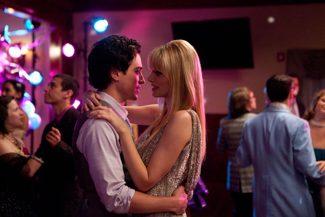 Nach einer heftigen Auseinandersetzung vertragen sich Fred (Ben Feldman, l.) und Stacy (April Bowlby, r.) wieder ... - Bildquelle: 2011 Sony Pictures Television Inc. All Rights Reserved.