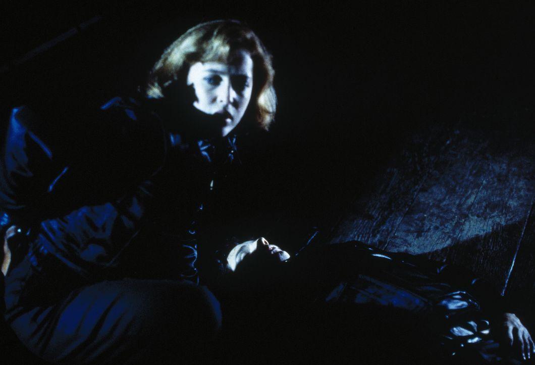 Als ihr Vater unerwartet stirbt, hat die sonst so nüchterne Dana Scully (Gillian Anderson) unerklärliche übersinnliche Visionen ... - Bildquelle: TM +   Twentieth Century Fox Film Corporation. All Rights Reserved.