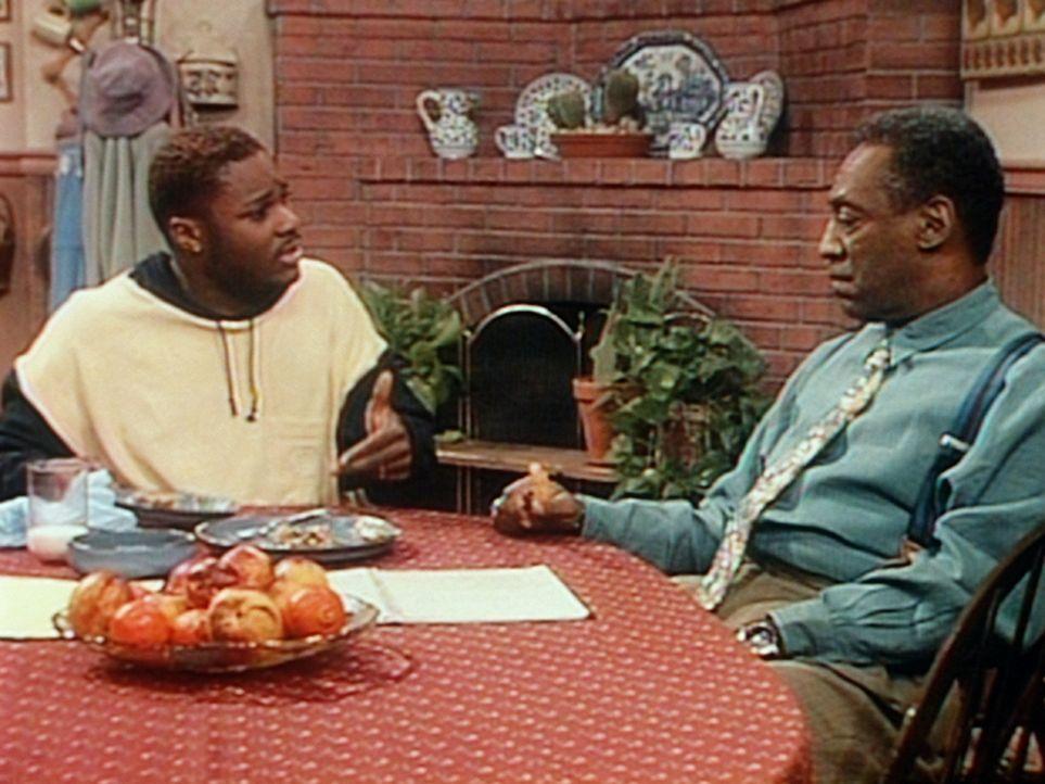 Theo (Malcolm-Jamal Warner, l.) erzählt Cliff (Bill Cosby, r.) von all den sozialen Problemen, mit denen er in seinem neuen Job plötzlich konfront... - Bildquelle: Viacom
