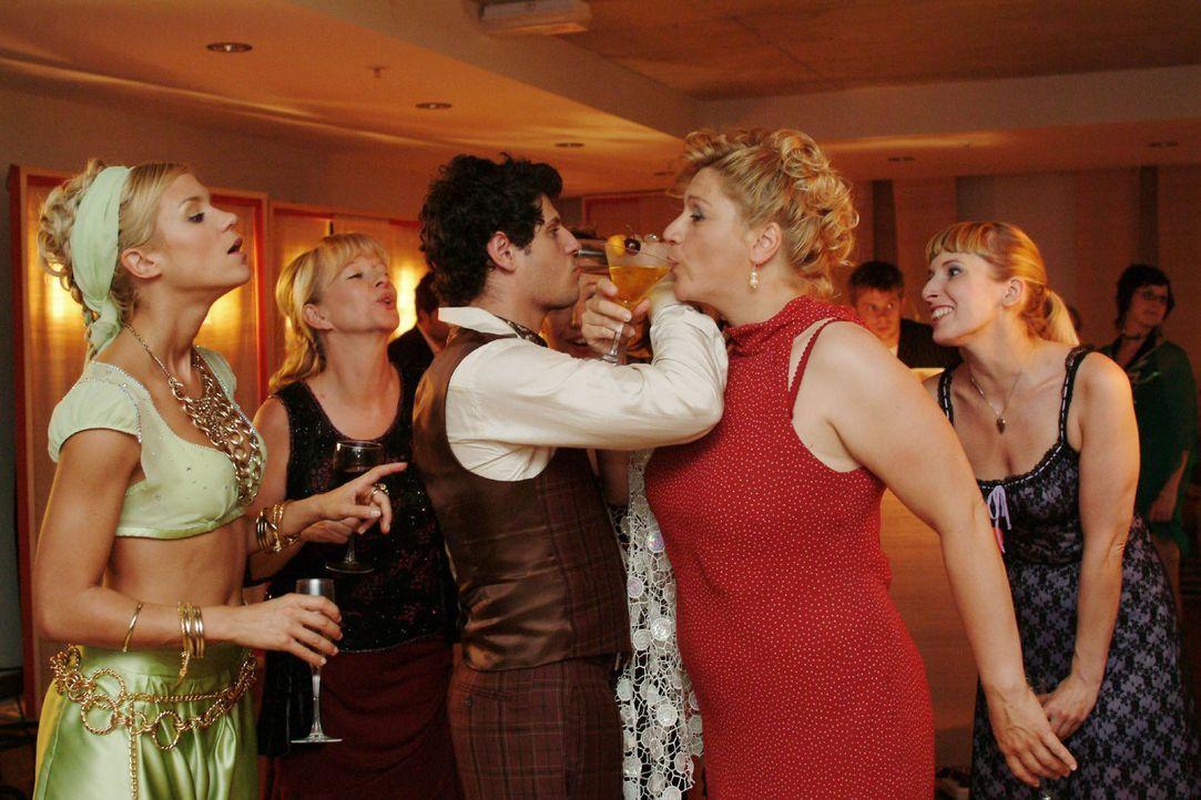 Rokko wird von den begeisterten Damen in Beschlag genommen ... vlnr: Sabrina (Nina-Friederike Gnädig), Helga (Ulrike Mai), Rokko (Manuel Cortez), Y... - Bildquelle: Monika Schürle Sat.1