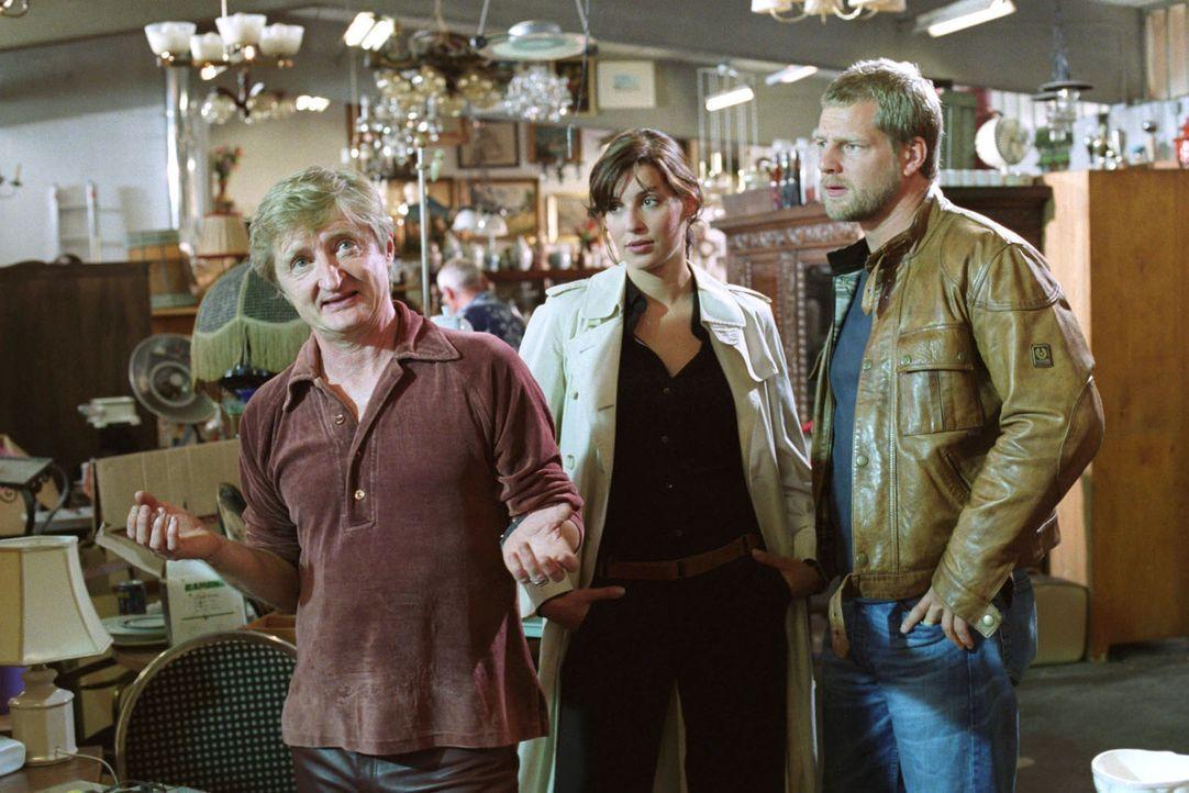 Trödler Toni (Michael Schreiner, l.) wird von Nina (Elena Uhlig, M.) und Leo (Henning Baum, r.) zum Tatverdächtigen Lohberg befragt. Toni behauptet, Lohberg nicht zu kennen...