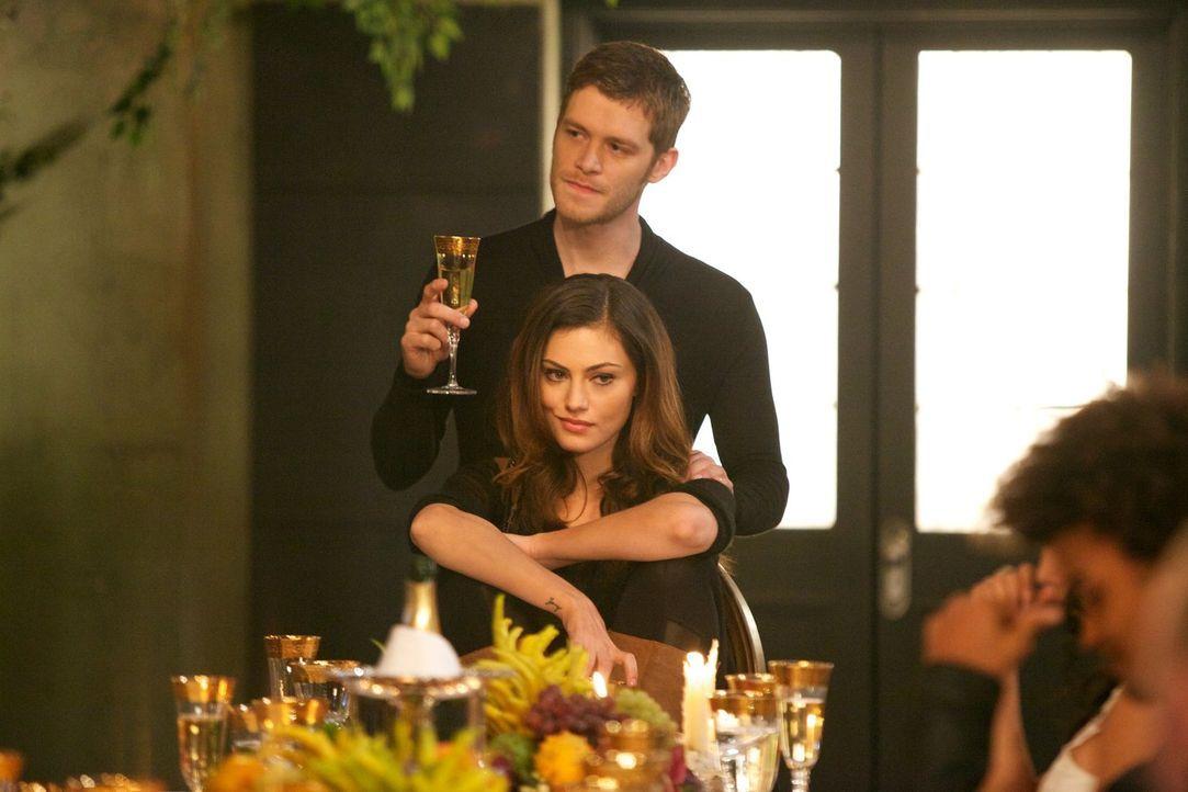 Stolz präsentiert Klaus (Joseph Morgan, hinten) die Mutter seines ungeborenen Kindes. Hayley (Phoebe Tonkin, vorne) bleibt nichts anderes übrig, als... - Bildquelle: Warner Bros. Television