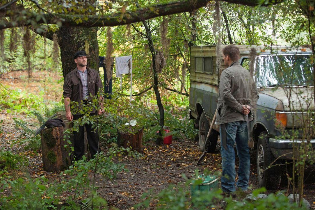 Auch Benny (Ty Olsson, l.) merkt, dass Dean (Jensen Ackles, r.) eine Entscheidung treffen muss, die alles verändern könnte ... - Bildquelle: Warner Bros. Television