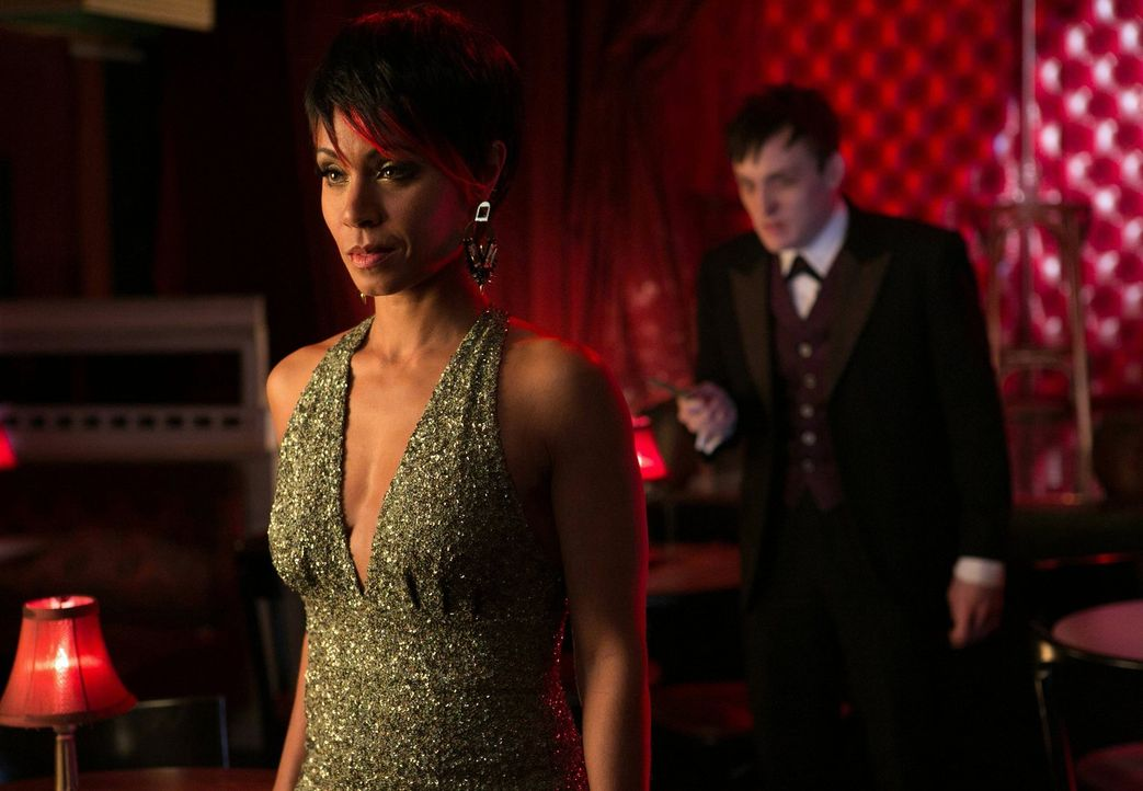 Thomas und Martha Wayne wurden vor den Augen ihres Sohnes umgebracht. James Gordon versucht herauszufinden, ob Fish Mooney (Jada Pinkett Smith, l.)... - Bildquelle: Warner Bros. Entertainment, Inc.