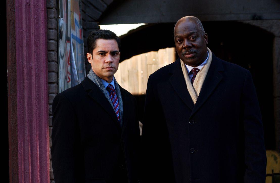 Ermitteln an einem neuen Fall: Will (Thom Barry, r.) und Scott (Danny Pino, l.) ... - Bildquelle: Warner Bros. Television