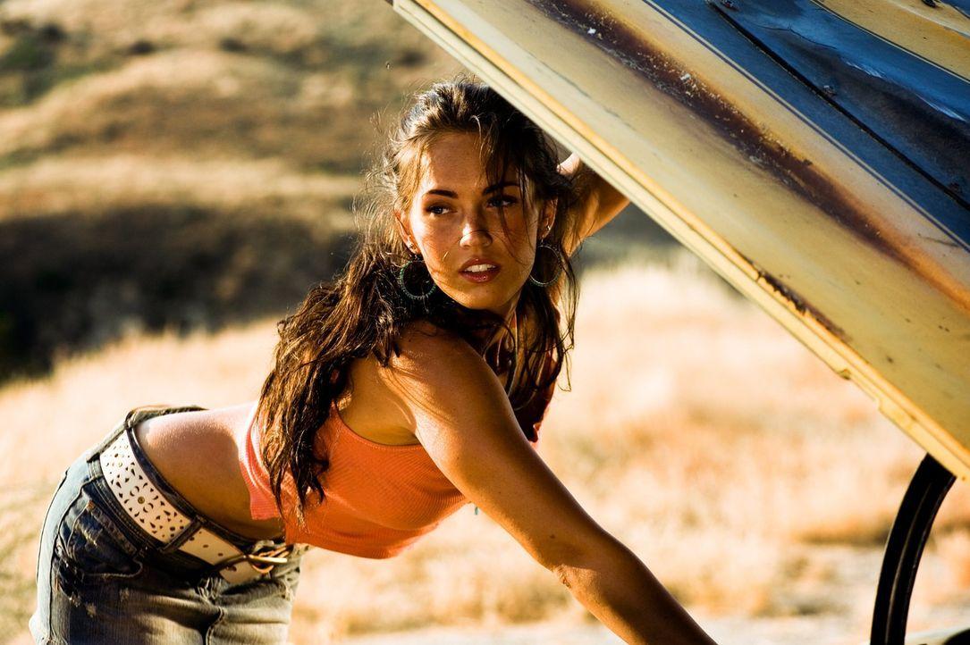 Mithilfe seines neuen Autos, das zeitweilig ein Eigenleben zu führen scheint, gelingt es Sam, seine Mitschülerin Mikaela (Megan Fox) zu beeindruck... - Bildquelle: 2008 DREAMWORKS LLC AND PARAMOUNT PICTURES CORPORATION. ALL RIGHTS RESERVED.