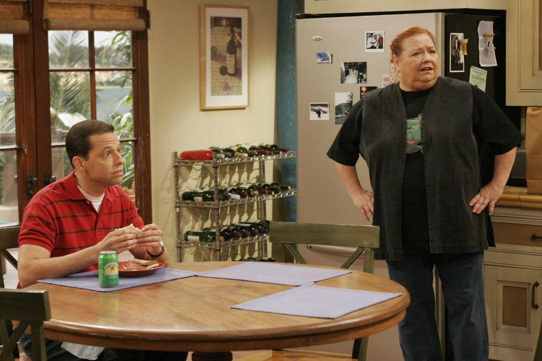 Alan (Jon Cryer, l.) erzählt Charlie von den Freuden der Vaterschaft, während sein Sohn Jake die Toilette verstopft. Berta (Conchata Ferrell, r.)... - Bildquelle: Warner Brothers Entertainment Inc.