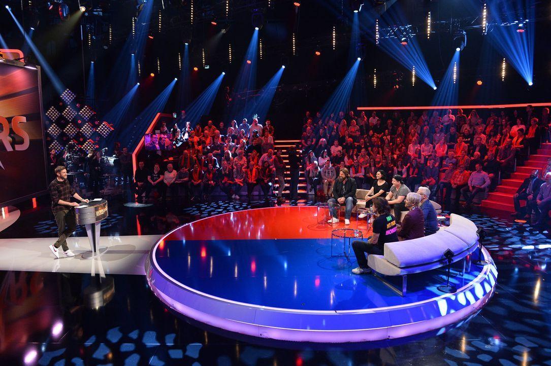 Bei Jochen Schropp (l.) in der Promi-Arena müssen Stars in Action-, Strategie- und Pult-Spielen gegeneinander kämpfen. Mit dabei: (sitzend v.l.n.r.)... - Bildquelle: Willi Weber SAT.1