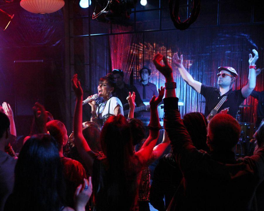 Nelly Furtado (Nelly Furtado, M.) heizt dem Publikum richtig ein! - Bildquelle: 2012 The CW Network. All Rights Reserved.