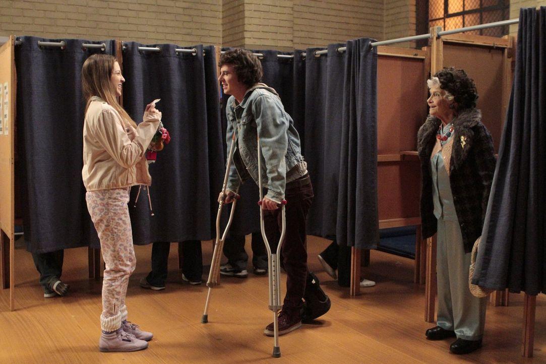 Nachdem Sue (Eden Sher, l.) Axl (Charlie McDermott, 2.v.l.) vor lauter Panik mit dem Auto über den Fuß gefahren ist, überredet er sie, ihn trotz ihr... - Bildquelle: Warner Brothers