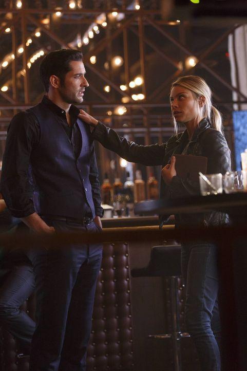Während sich Chloe (Lauren German, r.) um die Aufklärung eines Mordfalles kümmert, versucht Lucifer (Tom Ellis, l.) verzweifelt, seinen Club zu rett... - Bildquelle: 2016 Warner Brothers