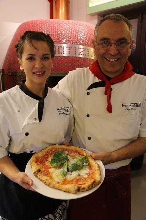 Bei dem wahren Pizza-Meister Enzo (r.) lernt Rachel (l.), was es heißt, eine italienische Pizza zu backen ... - Bildquelle: Richard Hall BBC 2014