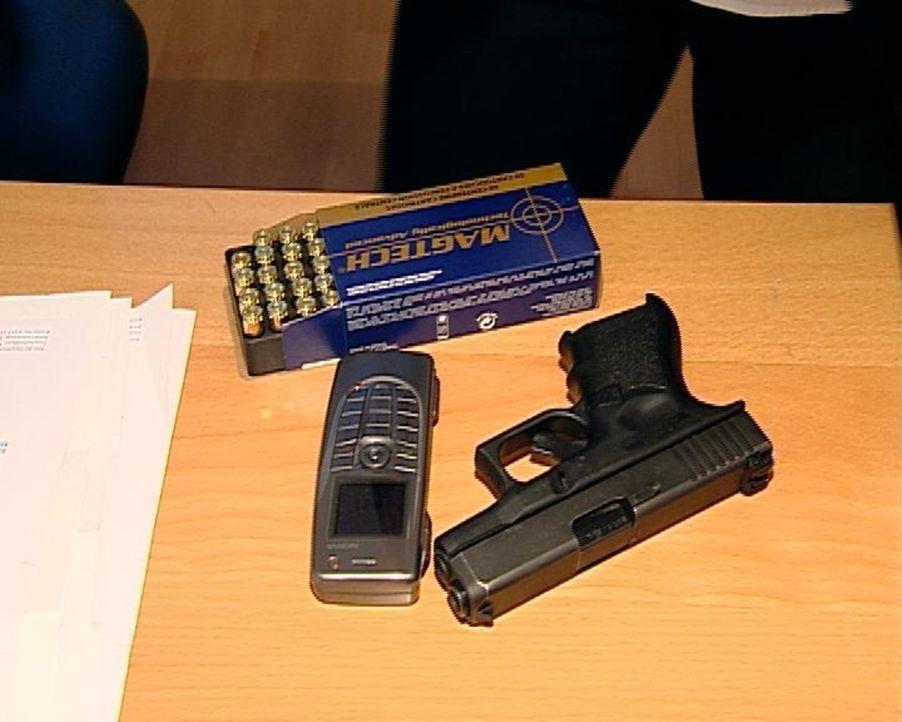 Für den Fall der Fälle: Als Personenschützerin muss Diana auch eine Waffe tragen. - Bildquelle: Sat.1