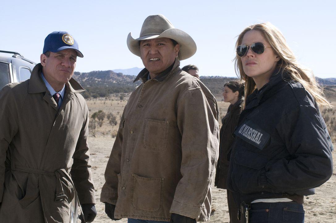 Bei der Suche nach dem entflohenen Zeugen bekommen McQueen (Paul Ben-Victor, l.) und Mary (Mary McCormack, r.) Hilfe von Farmer Frank (Matthew Bucks... - Bildquelle: USA Network