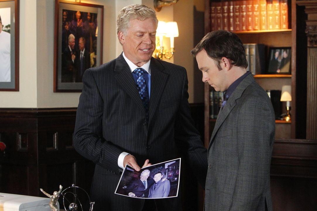 Durch den Gegenanwalt Tommy Jefferson (Christopher McDonald, l.) wartet auf Adam (Nathan Corddry, r.) eine ganz besondere Herausforderung ... - Bildquelle: Warner Bros. Television