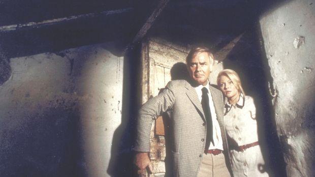 Kommissar Barth (Joachim Fuchsberger) und Herta (Karin Baal) machen in einem...