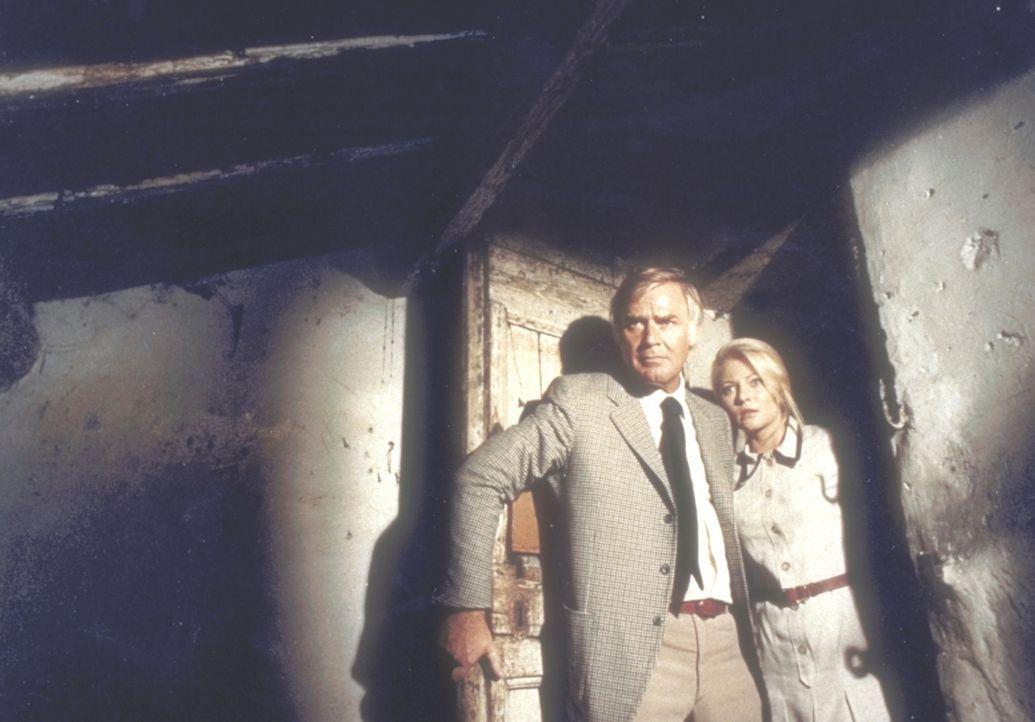 Kommissar Barth (Joachim Fuchsberger) und Herta (Karin Baal) machen in einem verlassenen Haus eine furchtbare Entdeckung ... - Bildquelle: Constantin Film