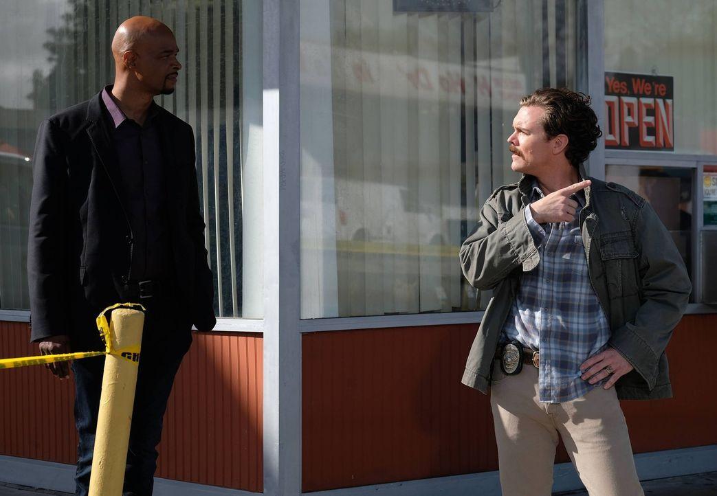 Ein Mordanschlag in einem Donut-Shop: Riggs (Clayne Crawford, r.) und Murtaugh (Damon Wayans, l.) ermitteln, um den Täter zu fassen. Doch dabei müss... - Bildquelle: 2016 Warner Brothers