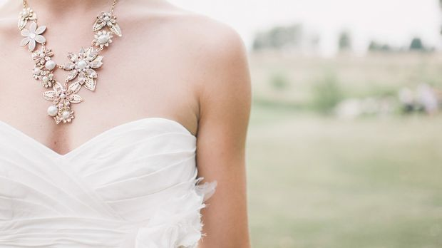 Bei einem Stoff ohne Stickereien oder Perlenapplikationen darf der Brautschmu...