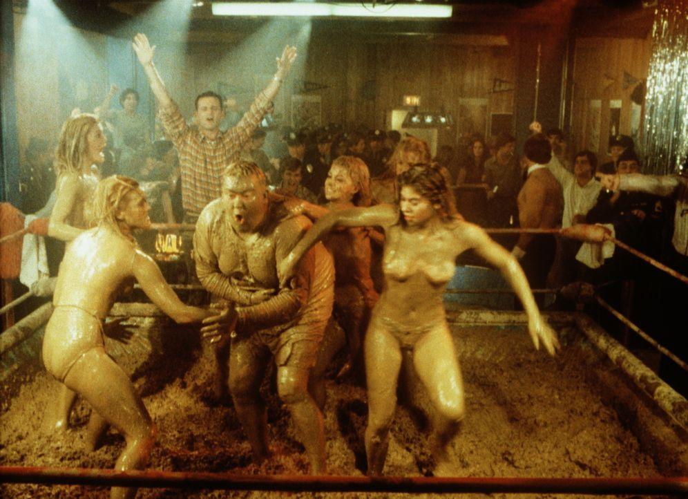 Im Nachtclub hat der Rekrut Ox (John Candy, M.) die Ehre mit den 'Schlamm-Girls' zu ringen ... - Bildquelle: Columbia Tri-Star