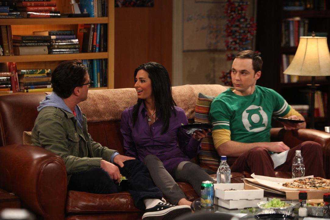 Trotz Verbot von Raj wollen Priya (Aarti Mann, M.) und Leonard (Johnny Galecki, l.) eine Beziehung eingehen. Sheldon (Jim Parsons, r.) ist darüber e... - Bildquelle: Warner Bros. Television