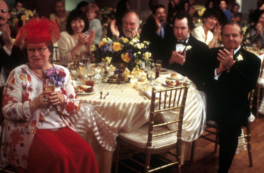 Die Hochzeitsfeierlichkeiten seiner Tochter lässt Warren Schmidt (Jack Nicholson, r.) mit Würde über sich ergehen, wogegen Roberta (Kathy Bates, l.)... - Bildquelle: New Line Cinema