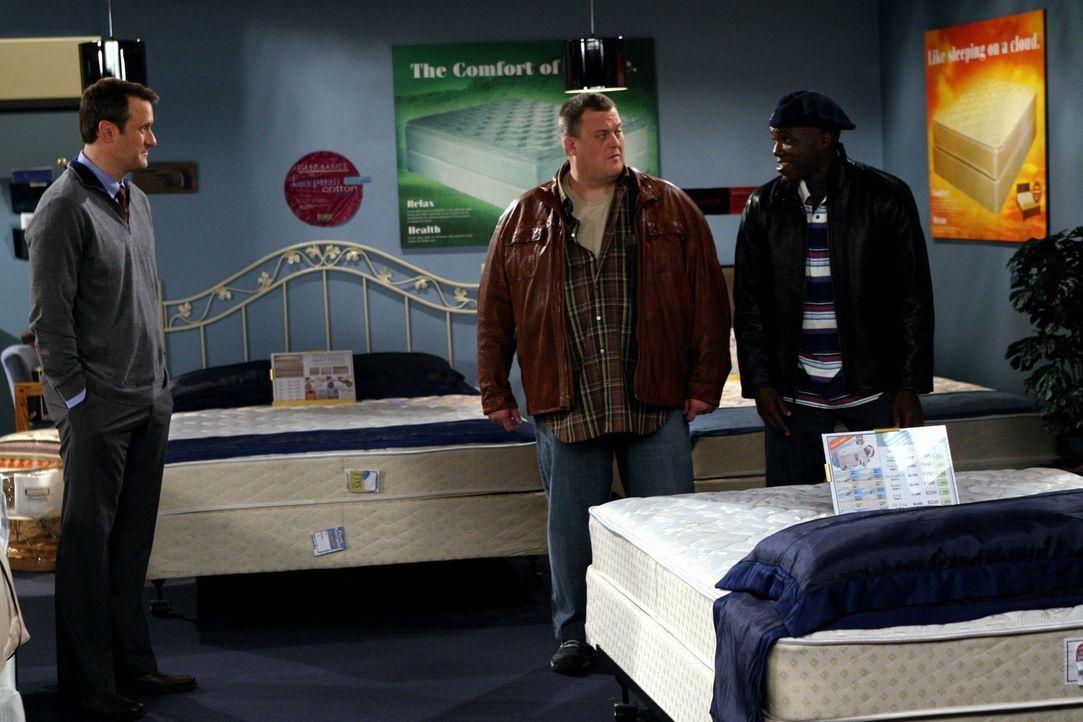 Mike (Billy Gardell, M.) zieht mit Carl (Reno Wilson, r.) los, um ein neues, bequemeres Bett für sich und Molly zu kaufen. Doch damit ist Molly nic... - Bildquelle: Warner Bros. Television