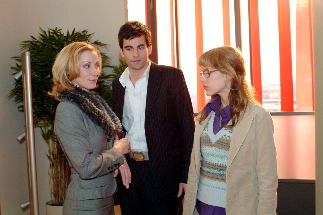 Lisa (Alexandra Neldel, r.) ist vor den Kopf geschlagen: David (Mathis Künzler, M.) beschäftigt sich lieber mit Modejournalistin Monique (Astrid P... - Bildquelle: Sat.1