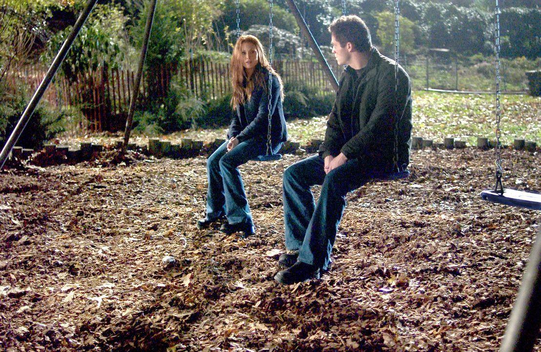 Verzweifelt sucht Telly Paretta (Julianne Moore, l.) nach Spuren von Sams Gegenwart. Da lernt sie Ash Correll (Dominic West, r.) kennen, der behaupt... - Bildquelle: Columbia Pictures