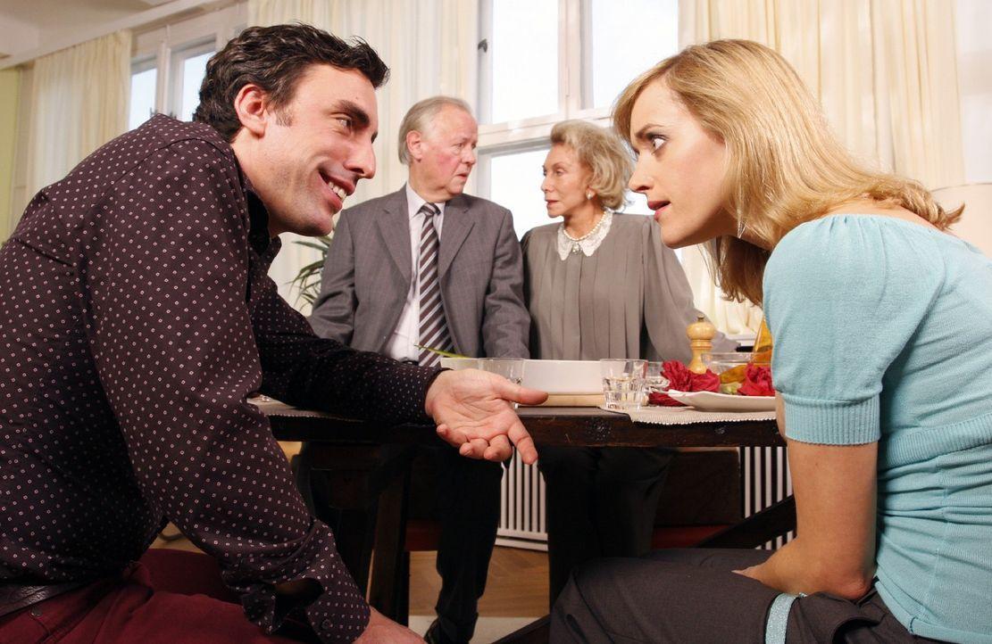 Maike (Judith Richter, r.) ist entsetzt darüber, dass ausgerechnet Tom (Alexander Schubert, l.) ihren Eltern den Peniswitz erzählt. Schließlich i... - Bildquelle: Noreen Flynn Sat.1